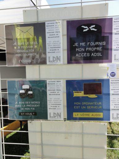 Photo de l'un des panneaux supportant les affiches au format A3